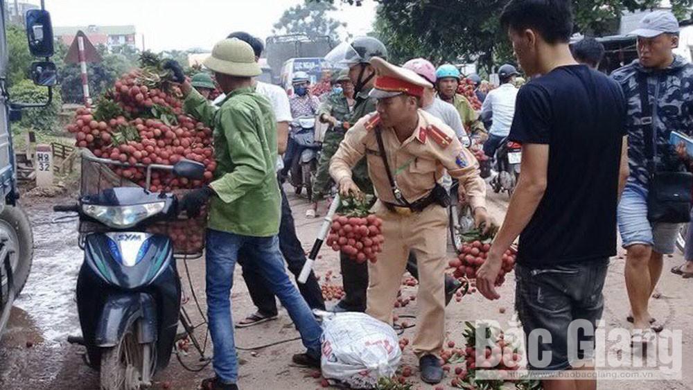 Cảnh sát giao thông Bắc Giang giúp dân tiêu thụ vải thiều